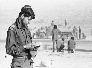 Soldado reza al comienzo de la Guerra de Yom Kippur. www.jrtelegraph.com