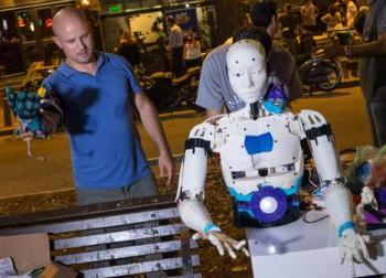 Una demostración de robótica en plena calle | C.jordá