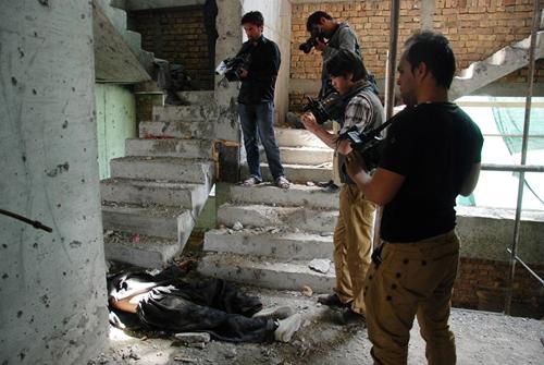 Un talibán abatido en el edificio en construcción cerca de la embajada española en Kabul. FOTOS: MÒNICA BERNABÉ
