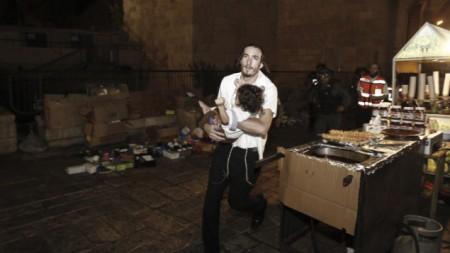 Hombre judío lleva a bebe herido atentado 3 Octubre del 15