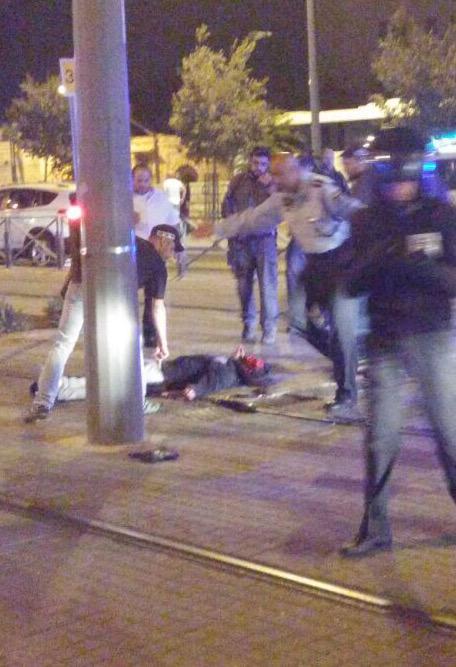 Terrorista árabe muerto tras apuñalar a joven judío Puerta de Damasco.
