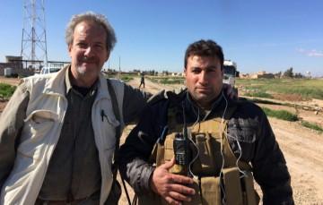 Scott Atram, con un 'peshmerga' en el frente de Irak. EM