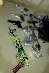 Las armas de fuego encontradas por la policía durante la detención del hombre árabe-israelí sospechoso de dirigir una red de tráfico de armas en Cisjordania, 19 de noviembre de 2015. (Policía de Israel)