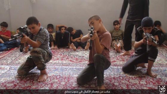 Imagen difundida por el Estado Islámico en uno de los campos de entrenamiento.