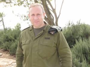 Portavoz de las FDI Peter Lerner en Alon Shvut Junction en Judea el jueves, en declaraciones a los periodistas en la gira con MediaCentral de Jerusalén. (UWI)