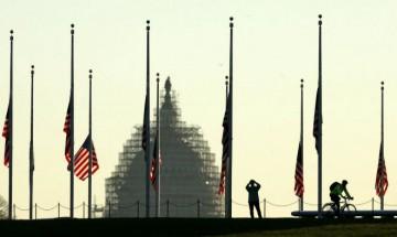 La cúpula del Capitolio de los EEUU rodeada de banderas a media asta por las víctimas de París.