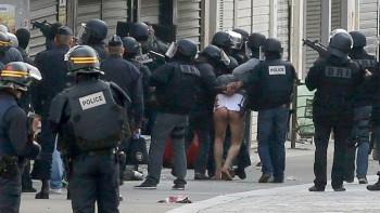 Policías trasladan a uno de los detenidos en la operación. Jacky Naegelen Reuters