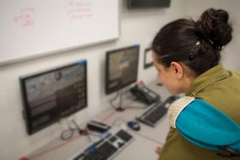 Mayor Reut, oficial de operaciones para el Centro de Mando de Bomberos del Comando Sur. Su unidad reúne información de varias fuentes militares para identificar objetivos para los ataques de las FDI. (Unidad de la FID Portavoz)