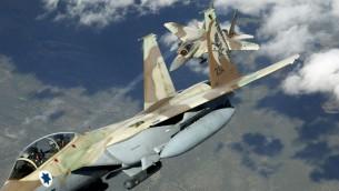 """Foto ilustrativa de 2 de la Fuerza Aérea israelí F-15 Ra'ams practicando maniobras aéreas. (TSGT Kevin J. Gruenwald, USAF / Wikipedia) Después de la noche del martes cohete huelga de Gaza, que fue golpeado por la valla fronteriza, la Fuerza Aérea de Israel golpeó dos sitios de Hamas. Ese bombardeo, según Reut, fue un éxito. """"Hemos llevado a cabo la misión, y no hay personas inocentes"""