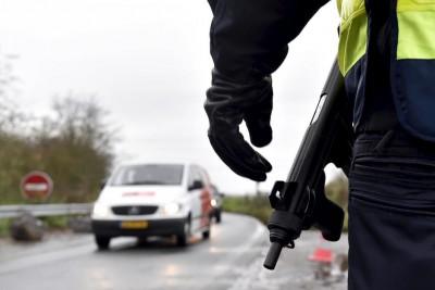 un-policia-en-un-control-de-carretera-en-crespin-francia-tras-los-atentados-reuters