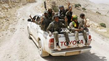 Los combatientes kurdos también han sido vistos a bordo de camionetas de manufactura extranjera.