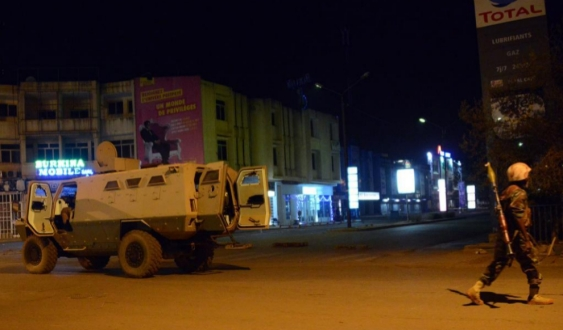 Al Qaeda asalta un hotel en Burkina Faso 30 muertos y toma de rehenes