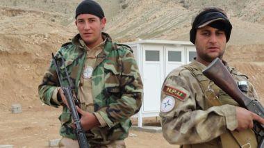 dos-miembros-de-la-milicia-npu-que-acaba-de-terminar-su-campo-de-entrenamiento-foto-ferran-barber