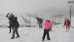 Israelíes disfrutan de la nieve en el Monte Hermón, durante una gran tormenta invernal que azota el país el 1 de enero de 2016. (Foto de Basilea Awidat / Flash90)