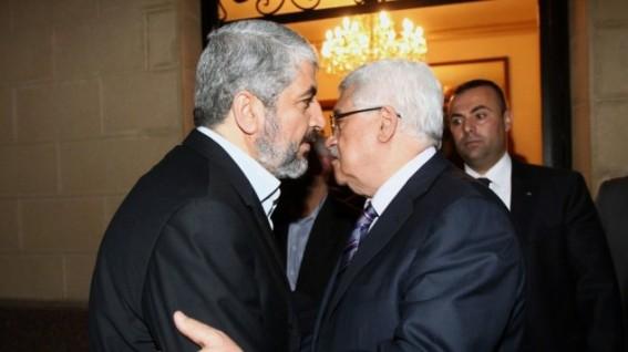 Khaled Meshaal de Hamas con Mahmoud Abbas de Fatah
