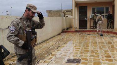 milicianos-de-dwekh-nawsha-hacen-guardia-en-su-cuartel-de-bakufa-foto-ferran-barber