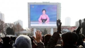 Norcoreanos ver una emisión de noticias en una pantalla de vídeo fuera de la estación de tren de Pyongyang el miércoles. (AP / Kim Kwang Hyon) [NT. Goal:O una boba embobando a mil tontos].