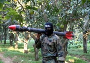 Un terrorista Hamas se prepara para lanzar un cohete contra Israel. (Ashraf Amra / Flash90)