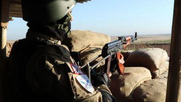 un-miliciano-de-las-npf-simula-una-accion-de-combate-para-la-prensa-foto-ferran-barber (1)