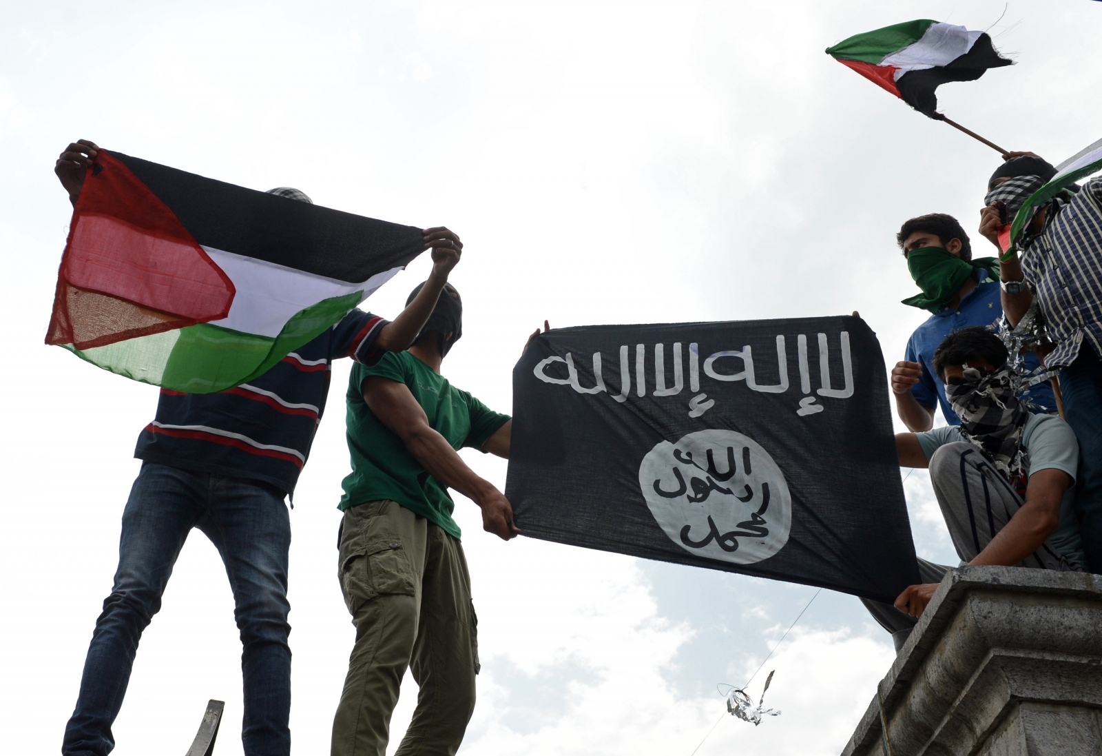 demonstrators-kashmir-hold-aloft-isis-palestine-flags-protest-against-israeli-bombings-west