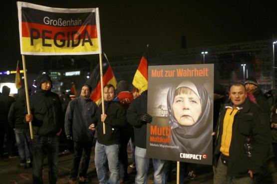 Miembros de Pegida se manifiestan contra Angela Merkel en Leipzig (Reuters).