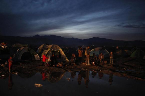Refugiados, atrapados en la frontera entre Grecia y Macedonia, cerca del pueblo de Idomeni, el 8 de marzo de 2016.