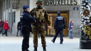 Soldado belga hablando con un policía