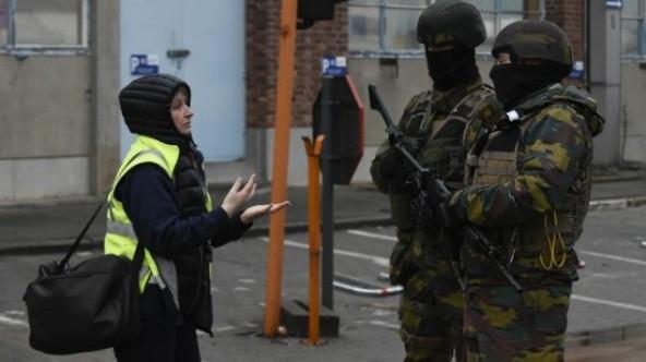 Soldados belgas haciendo guardia junto a las instalaciones del aeropuerto