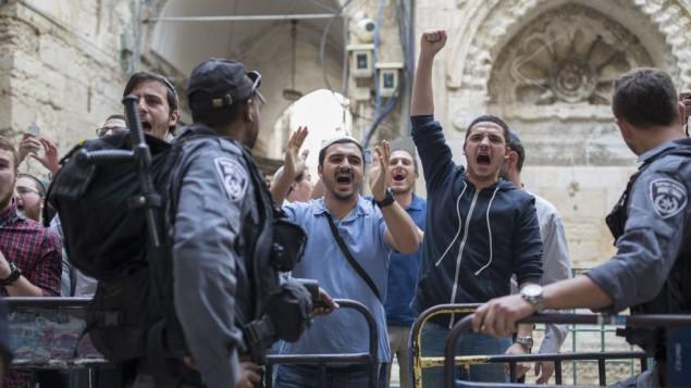 La policia molestando a judíos a la entrada de la explanada del Templo impidiendoles entrar