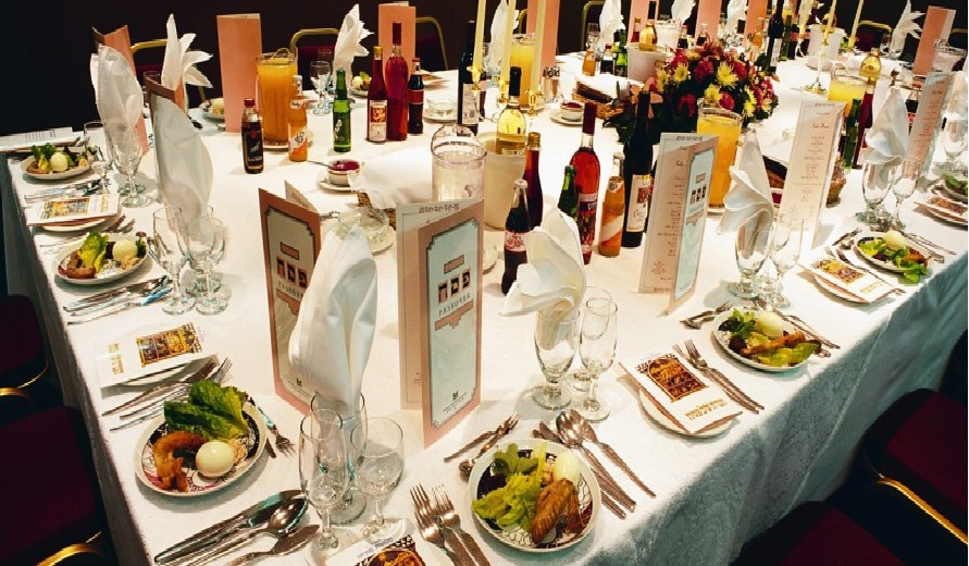 passover-table-890x400