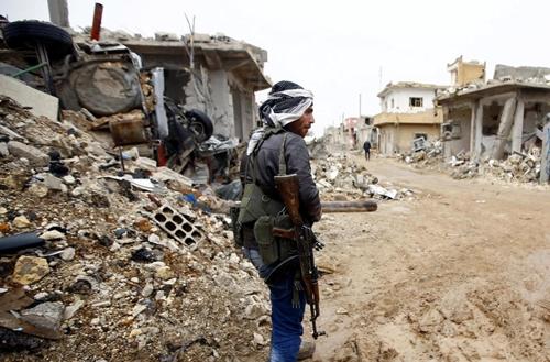 un-combatiente-kurdo-de-las-ypg-entre-edificios-destrozados-por-los-combates-en-kobane-norte-de-siria-reuters.jpg