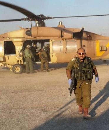 Mohammed Shibli musulmán de las IDF ante un helicoptero