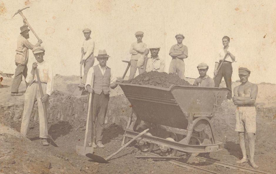 un-grupo-de-pioneros-judios-construye-una-carretera-en-1921